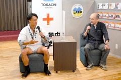 トークショーで日本縦断の意気込みを語る、鈴木悠司さん(左)。右は書家の八重柏冬雷さん=10日、金野和彦撮影