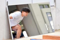 鏡み向かいスライドボードのトレーニングする山田将矢