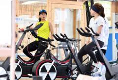 スライドボードトレーニングの後に自転車でクールダウンする高木美帆(左)と佐藤綾乃