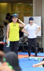 トレーニング中に笑顔をみせる高木美帆(左)と佐藤綾乃