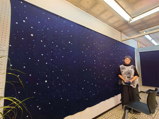藍染め作家の斉藤さん、受川で染物作品展