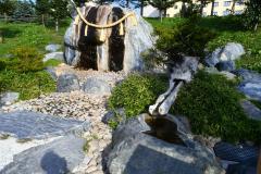 """""""十勝川温泉の守り神""""としてまつられている「いで湯の磐座」。手前右側は手湯"""