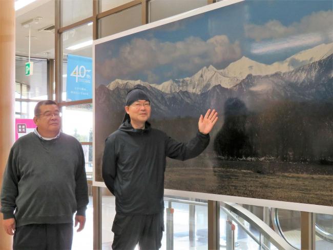 帯広空港に日高山脈パノラマ写真 国立公園化の弾みに