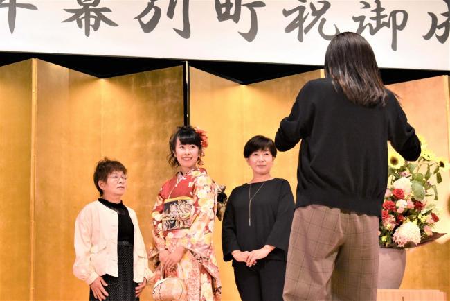 幕別 成人式の代替で撮影スポット設置 晴れ着姿で記念撮影