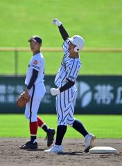 【Aブロック代表決定戦・帯大谷―白樺学園】白樺学園は5回2死二塁、田中佑季主将が左前へ適時二塁打を放ち2―0とリードを広げる。田中主将は塁上でガッツポーズ