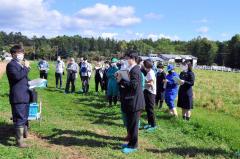 士幌高校で行われたGAP認証の公開審査。ほ場で作物の栽培、収穫方法などについて説明する担当生徒(左)