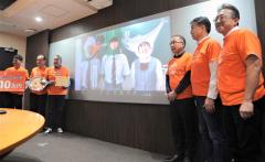 優勝した広尾高校の(画面左から)鈴木さん、布施さん、吉田と、とかちマルシェ運営協のメンバー
