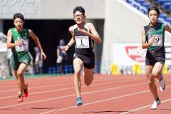 【6年男子100メートル予選1組】宮本哲朗(左)は12秒97の4着だった(大賀章好撮影)