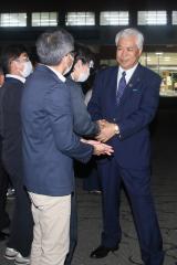 職員と握手を交わし、別れを告げる高橋町長