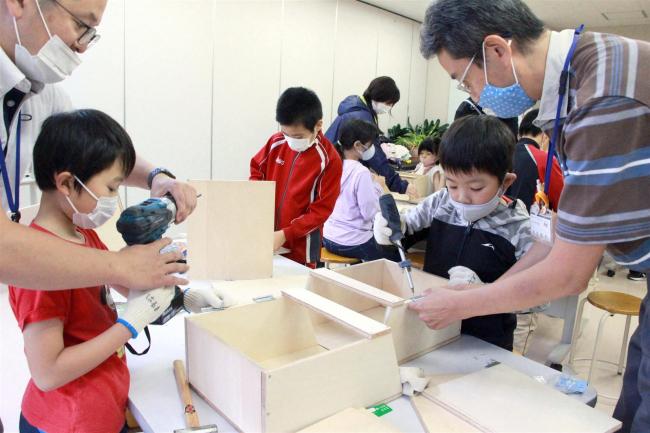 小学生が本の巣箱づくり 大樹
