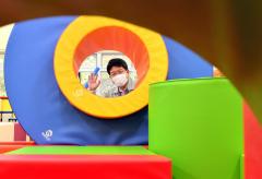 ブロックを自由に組み合わせて遊ぶ「ブロックモジュール」。カラフルなブロックが子どもの創造性を刺激する(塩原真撮影)