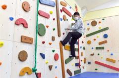 高さ2・8メートルのボルダリングウォール。子どもが掴みやすいようにホールドを多く配置している(塩原真撮影)