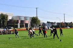 秋空の下、ダンスレッスンに励む子どもたち