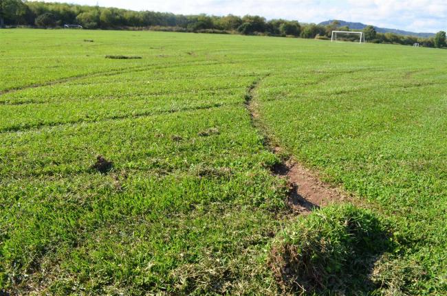 河川パークに車乗り入れ サッカー場の芝生に被害 池田