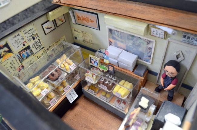 ケース内のドーナツも精巧に 朝日堂に店舗ミニチュア登場 豊頃