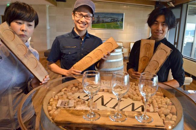 協力隊林業推進員らが樽から作ったワインプレート ワイン城レストランで使用 池田