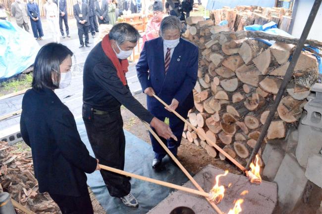 「浦幌木炭」で火入れ式、炭焼き100年の歴史継ぐ