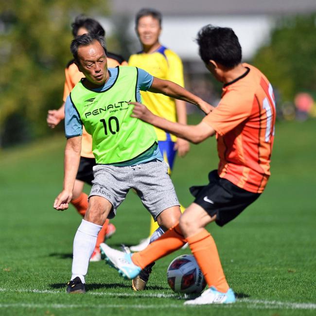 サッカー元日本代表のレジェンド金田喜稔氏 帯広のシニアチームの試合に出場
