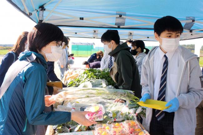 士幌高生徒が育てた野菜好評 道の駅で販売会 士幌