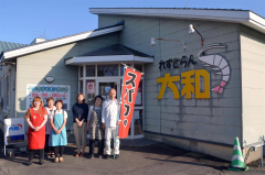 42年の歴史に幕を閉じる「レストラン大和」の前に集まる従業員。右が店主の稲垣さん