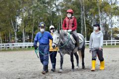 乗馬を楽しむ子ども(13日、午前10時40分ごろ。帯広畜産大学構内)