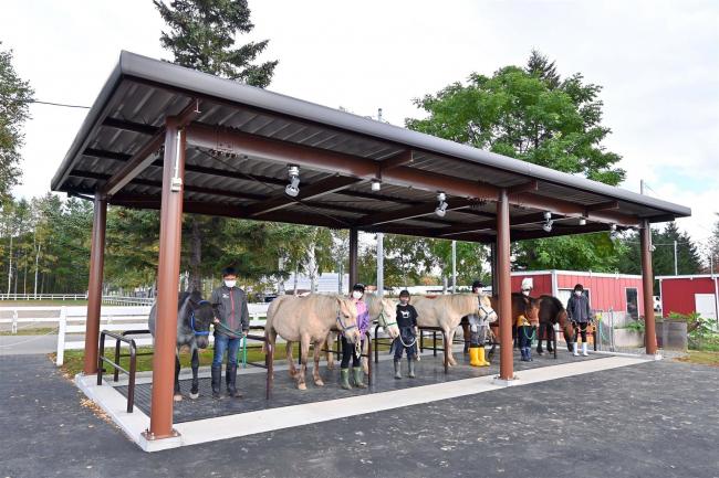 乗馬に笑顔 畜大の馬係留施設CFで完成