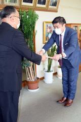 安井町長から感謝状を受け取る落合支社長