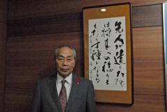 町長室に掲げてある書を紹介する小野町長
