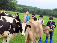 広尾町内の牧場を見学するサークルのメンバー(JAひろお提供)