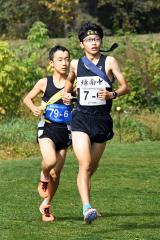 【男子1部】緑南の6走佐藤朝埜(右)が9分45秒の区間賞を獲得。左は2部の十勝陸上クラブの6走芦原佑(駒場)