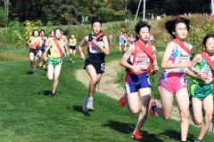 女子1走 緑南・門脇月鈴(右から4人目) 帯緑園・中橋奏瑛(同5人目)