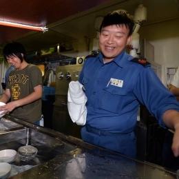 食べ終わった食器を洗う観測隊係