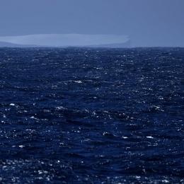 「しらせ」左舷後方で確認されたテーブル型氷山