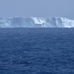 「しらせ」艦橋から発見された氷山
