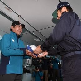 大鋸艦長から記念品を受け取る樋口越冬隊長(左)