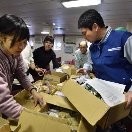 野外観測用の食料を箱詰めする隊員