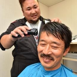 「しらせ」の理容室で髪を切る伊藤さん(1)