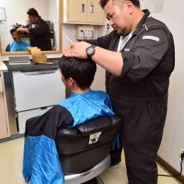 「しらせ」の理容室で髪を切る伊藤さん(2)