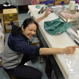 船酔いに負けず食材を切り分ける調理隊員の渡貫淳子さん