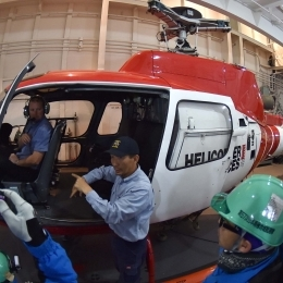 パイロットの佐藤睦(中央)さんからヘリ搭乗時の説明を聞く観測隊員