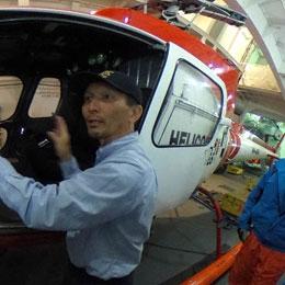 飛行甲板に格納されている観測隊ヘリ