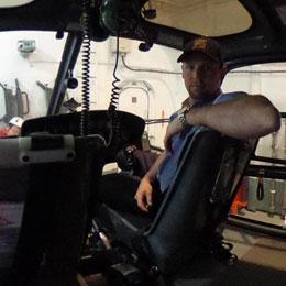 飛行甲板に格納されている観測隊ヘリ内部