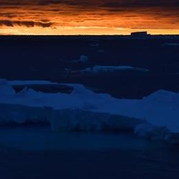 夕日に染まる南極海(12月20日)