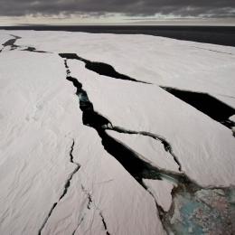 ラミングによる衝撃で割れた定着氷
