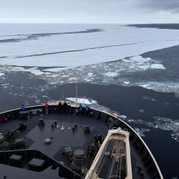 定着氷縁に入りラミング航行を開始する「しらせ」