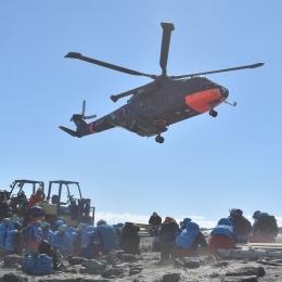 昭和基地を離陸するしらせヘリコプター