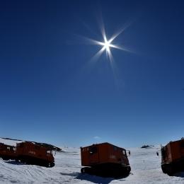 雪上車と南極の太陽