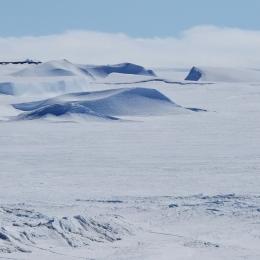 """昭和基地から海を見ると""""雪の砂漠""""が広がっている"""
