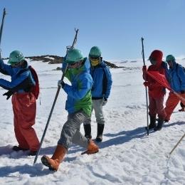 ゾンデ棒で氷面の状況を探りながら歩く隊員