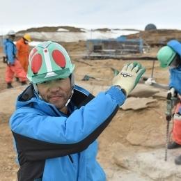 掘削現場で仮面ライダーのポーズをする田村隊員(2015/12/28)